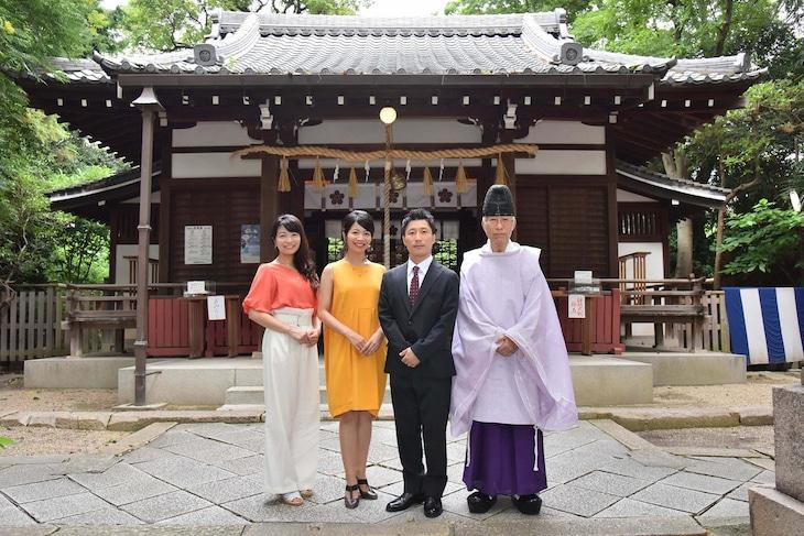 安居神社を訪れた(左から)三倉茉奈、三倉佳奈、すっちー。(c)MBS