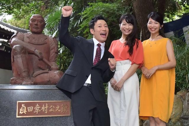 安居神社を訪れたすっちーと三倉茉奈、三倉佳奈。(c)MBS