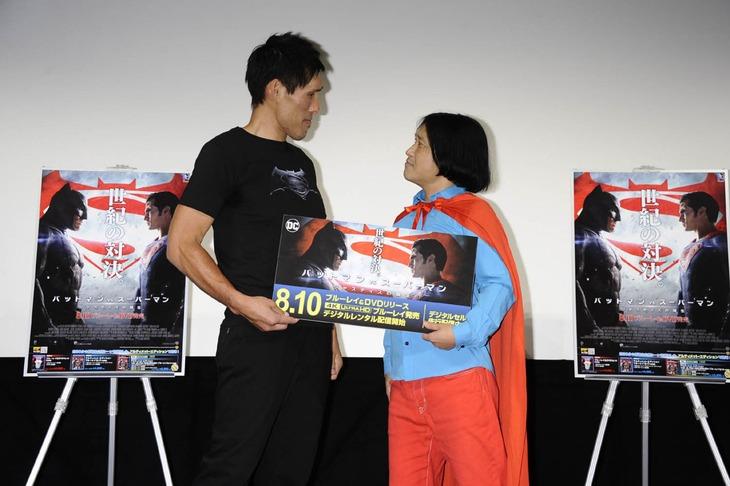 「バットマン vs スーパーマン ジャスティスの誕生」のメインビジュアルを真似してみせる篠原信一と永野。