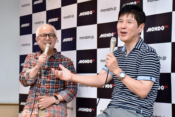 新番組「コサキンのラジオごっこ」の記者会見に出席した(左から)小堺一機、関根勤。