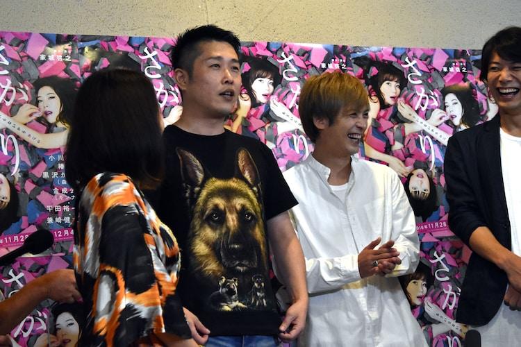 小川菜摘にプレゼントされたTシャツをアピールするギンナナ金成。