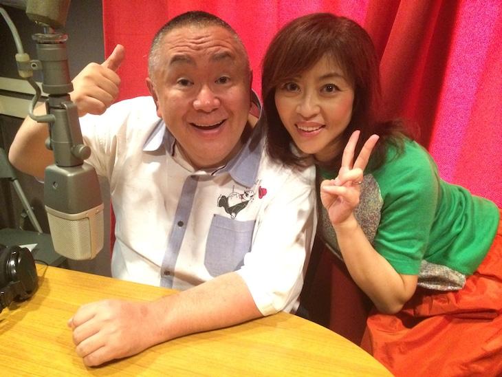 「松村邦洋のOH-!邦自慢」に出演する(左から)松村邦洋、ゲストの松本明子。(c)山口放送