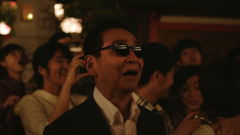 「プレミアムボス リミテッド」の新CM「プレミアム祭り」篇のワンシーン。