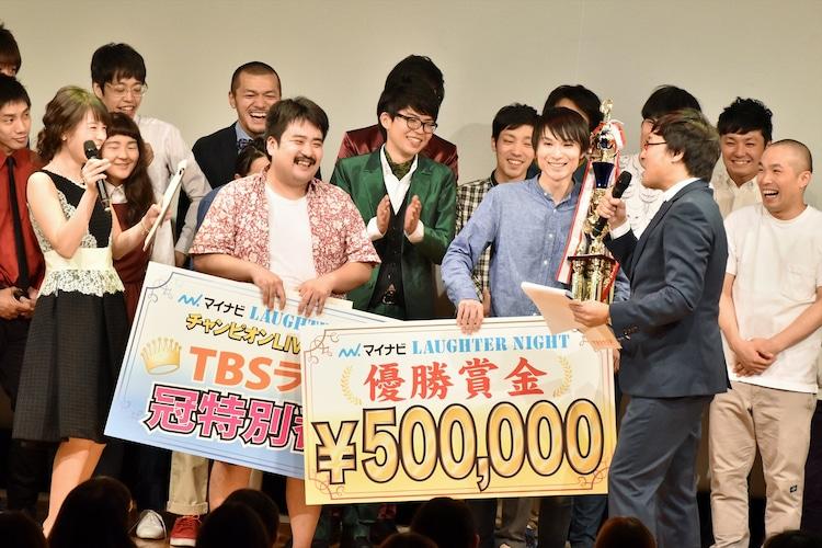 「TBSラジオ『マイナビLaughter Night』第2回チャンピオンLIVE」で優勝した空気階段(中央)。