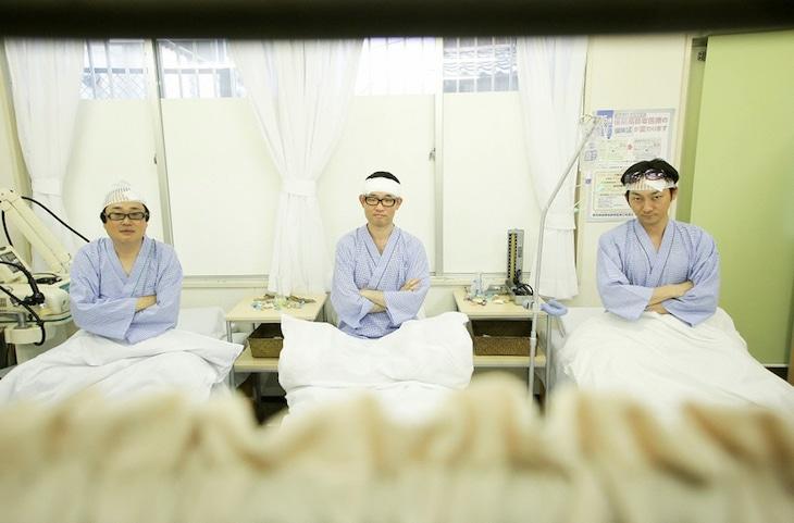 左から六角精児、今野浩喜、波岡一喜。(c)メ~テレ