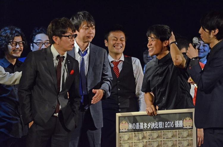 ギフト☆矢野にキレながら賛辞を贈る磁石・永沢(右)。