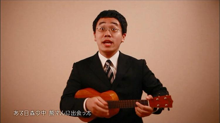 「森のくまさん」のミュージックビデオに出演するパーマ大佐。