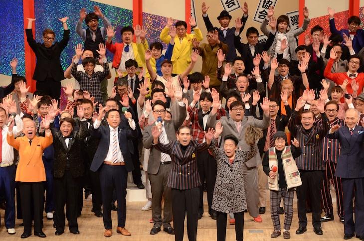 """「第47回 漫才大会」を""""漫才三唱""""で締めくくる出演者たち。"""