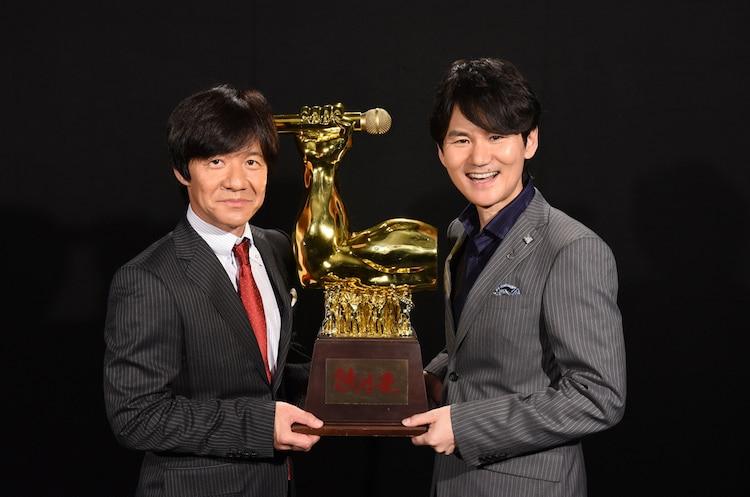 「全日本歌唱力選手権 歌唱王」のMCを務めるウッチャンナンチャン。(c)日本テレビ