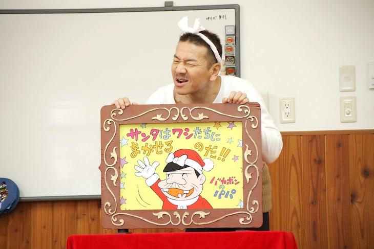 園児に紙芝居を読み聞かせるくりぃむしちゅー上田。(c)日本テレビ