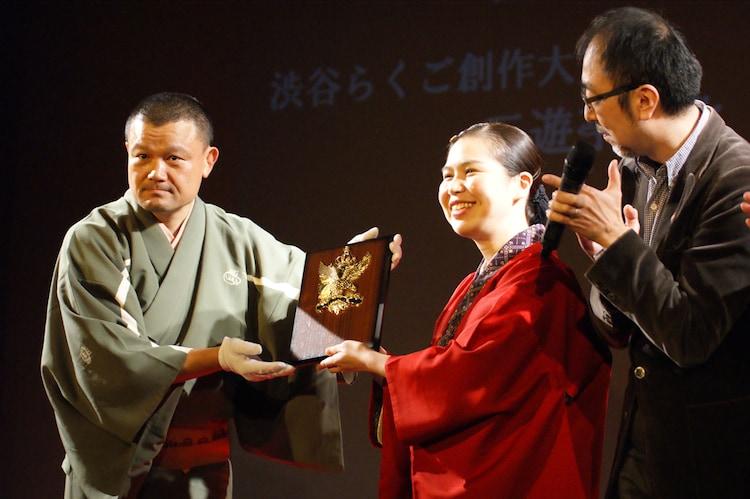 「渋谷らくご2016 創作大賞」を受賞した三遊亭粋歌(中央)。
