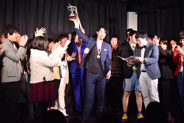 「人力舎の今年の顔大賞2016」に選ばれた三福エンターテイメント(中央)。