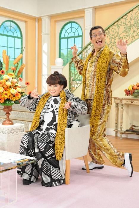 「徹子の部屋」に出演するピコ太郎(右)と黒柳徹子。