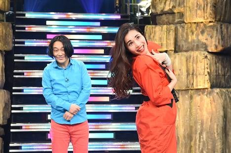「髪の毛かき上げ隊」を結成した(左から)永野と平野ノラ。(c)TBS