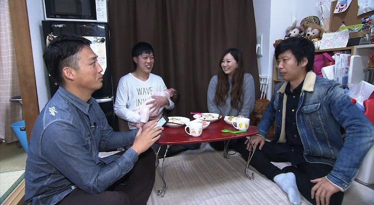 滝音・佐土原さすけの自宅を訪れる藤崎マーケット。(c)MBS
