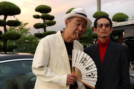 映画「獣道」に出演するカラテカ矢部(右)。