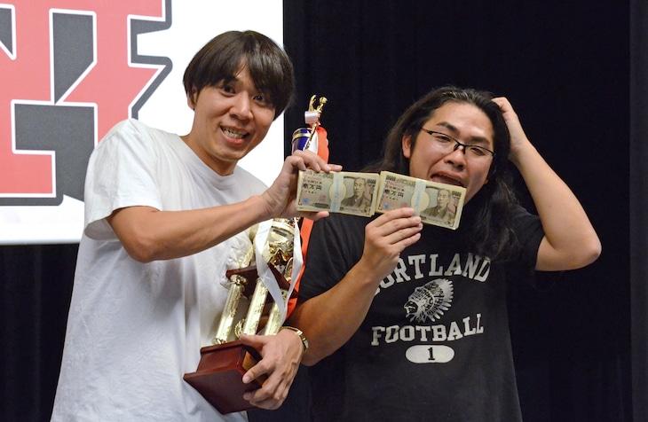 優勝トロフィーと賞金200万円を持ったロッチ。