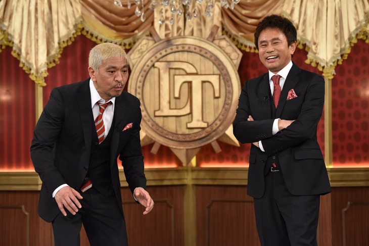 新セットでフリートークを繰り広げるダウンタウン。(c)日本テレビ