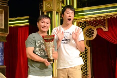 「歌ネタ王決定戦2016」で優勝を飾ったかまいたち。
