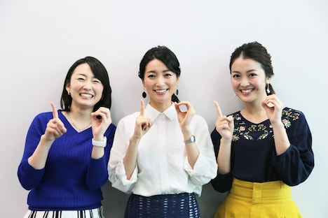10周年ポーズで写真に収まる(左から)2代目アシスタントの狩野恵里アナ、初代アシスタントの大江麻理子アナ、現アシスタントの福田典子アナ。(c)テレビ東京