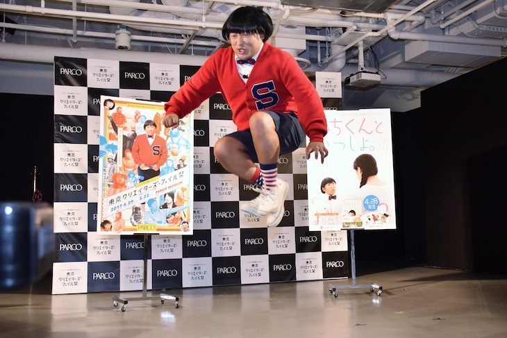「東京クリエイターズ・ファイル祭 -池袋クリエイティブ大作戦-」のオープニングセレモニーで飛び跳ねる上杉みち。
