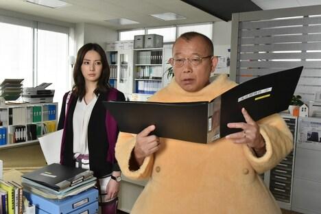 ドラマ「帰ってきた 家売るオンナ」のワンシーン。左から北川景子、笑福亭鶴瓶。(c)日本テレビ