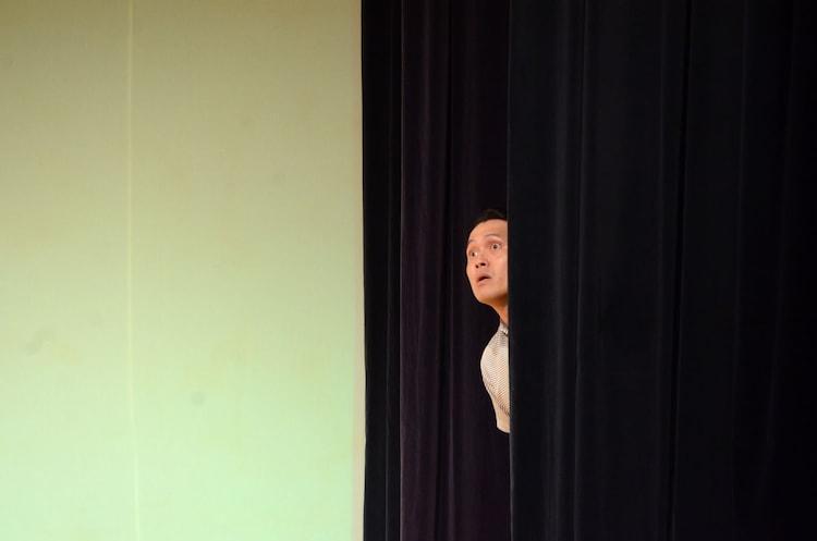 「北朝鮮から飛んでくるかもしれないミサイルを不安げに覗き込むシガニー・ウィーバー」を演じるインスタントジョンソン・スギ。。
