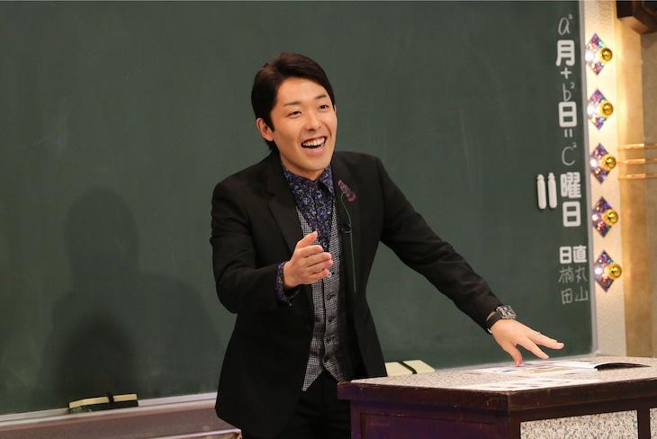 「しくじり偉人伝」でピタゴラスについて解説する、オリエンタルラジオ中田。(c)テレビ朝日