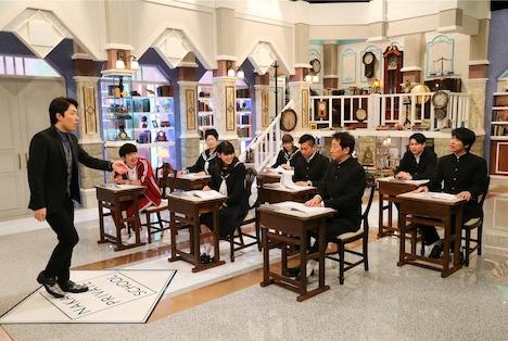 オリエンタルラジオ中田(左端)の授業のワンシーン。(c)テレビ朝日