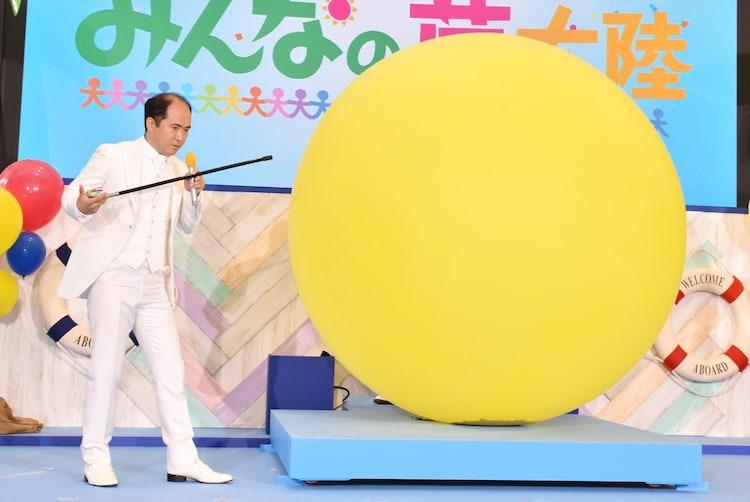 巨大バルーンを割ろうとするトレンディエンジェル斎藤。