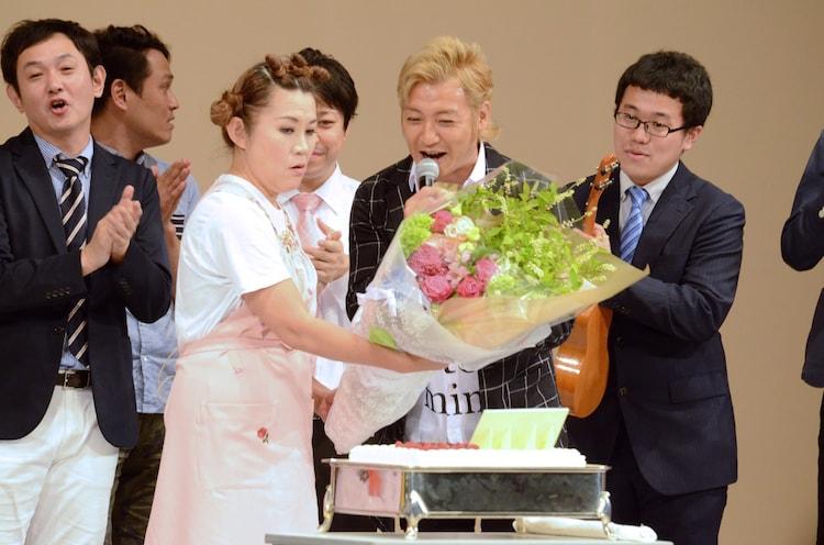 誕生日祝いの花束を受け取る山田邦子。