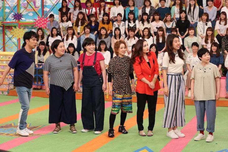 「VS嵐」に出演する女芸人チームの(左から)藤井隆、ゆりやんレトリィバァ、尼神インター、平野ノラ、横澤夏子、山田花子。(c)フジテレビ