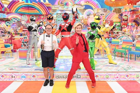 「日曜もアメトーーク!」の「スーパー戦隊大好き芸人」出演者たち。手前左から、たかし(トレンディエンジェル)、カズレーザー(メイプル超合金)。(c)2017 テレビ朝日・東映AG・東映