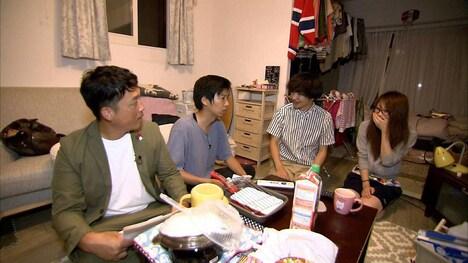 ゴールデンルーズ有馬宅を訪れる藤崎マーケット(左から2人)。(c)MBS