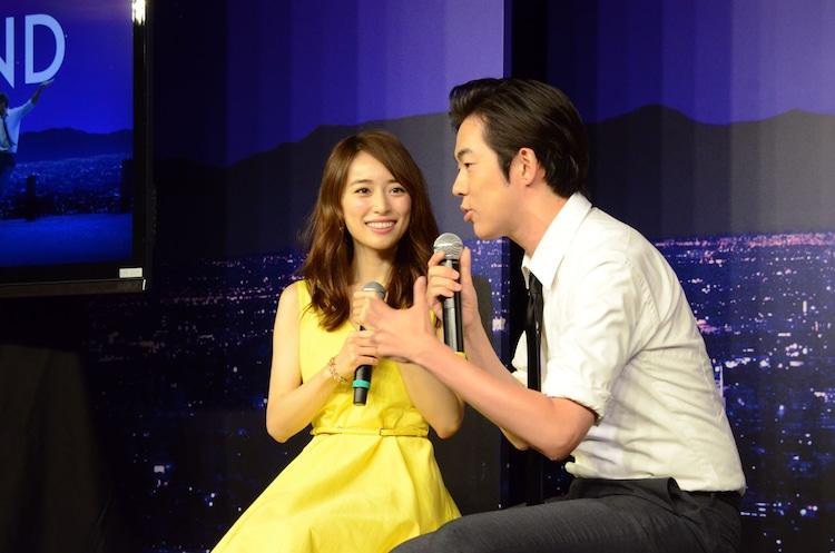 映画のワンシーンを再現したベンチでトークを繰り広げるウーマンラッシュアワー村本(右)と泉里香。