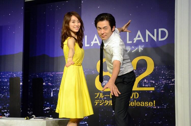 「ラ・ラ・ランド」Blu-ray / DVDの応援アンバサダーに就任した(左から)泉里香、ウーマンラッシュアワー村本。