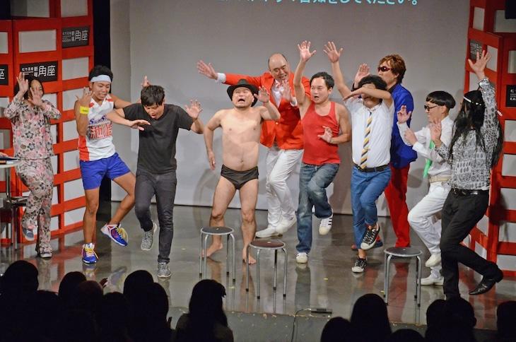 島崎俊郎のアダモちゃんになりきる「ノーセンスユニークボケ王決定戦」の出演者たち。