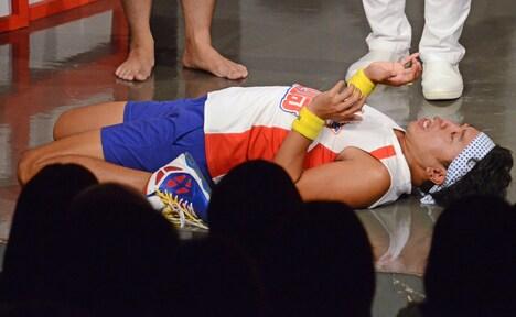 後ろにのけぞりすぎたため、倒れて頭を打ち付けてしまったサンシャイン池崎。