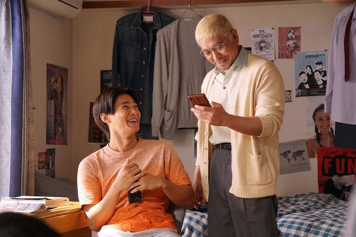 親子役を演じている野村周平(左)と松本人志(右)。