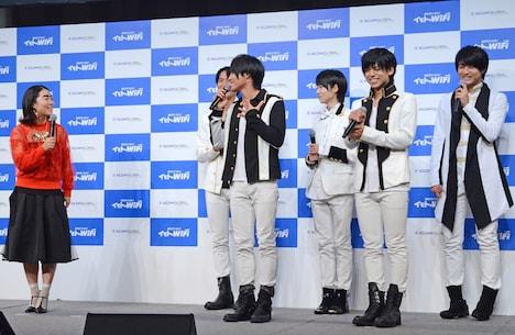 左からイモトアヤコ、MAG!C☆PRINCE。