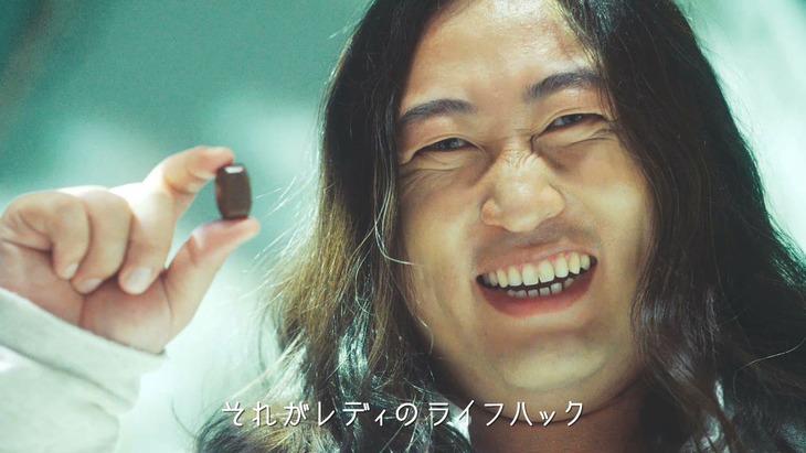 Web動画「『ALMOND PEAK presents マイクロズボラ』篇」にてカリスマアーティストに扮するロバート秋山。
