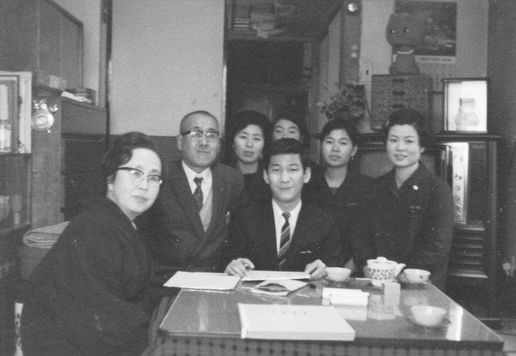 「昭和と師弟愛 植木等と歩いた43年」に掲載される小松政夫の写真。