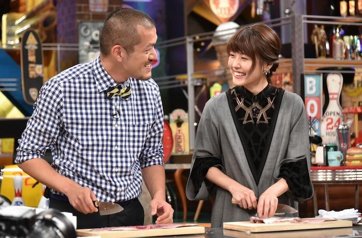 左からカミナリまなぶ、有村架純。(c)日本テレビ
