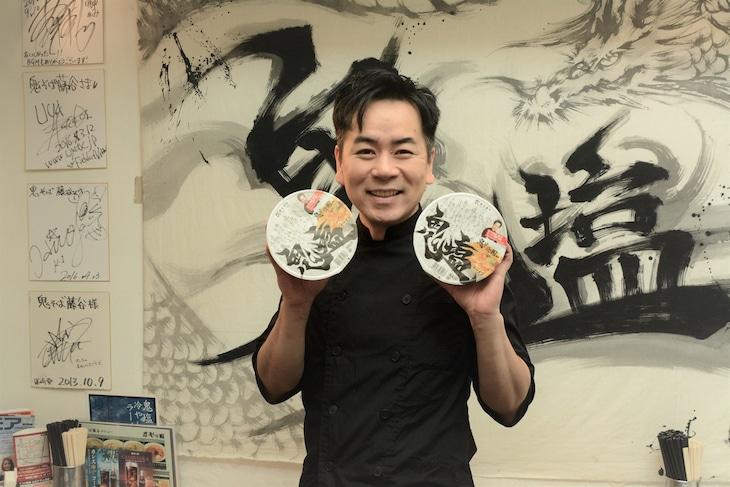カップラーメン「鬼そば藤谷監修 鬼塩ラーメン」を持つHEY!たくちゃん。