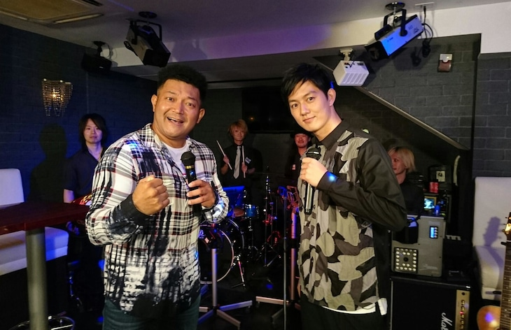 「にじいろジーン」でデュエットを披露する(左から)山口智充、工藤阿須加。(c)関西テレビ
