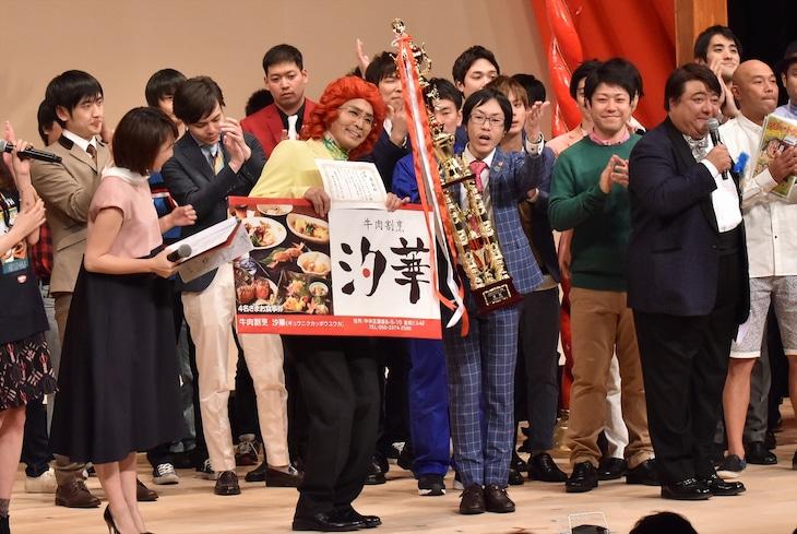 太田プロライブ「月笑」で年間王者となったアイデンティティ(中央)。