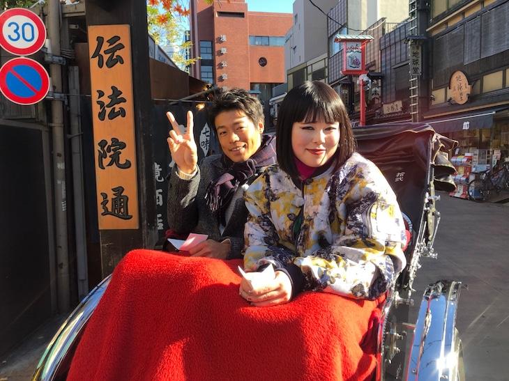 左から羽根田卓也、ブルゾンちえみ。(c)日本テレビ