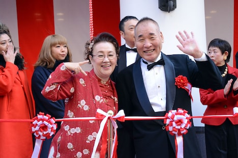 カメラに笑顔を向ける宮川大助・花子。