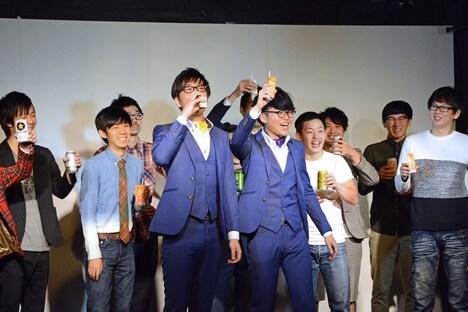 飲み物を片手に乾杯する出演者たち。