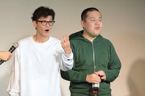 賞金3万円がもらえることを知って喜ぶモグライダー芝(左)。